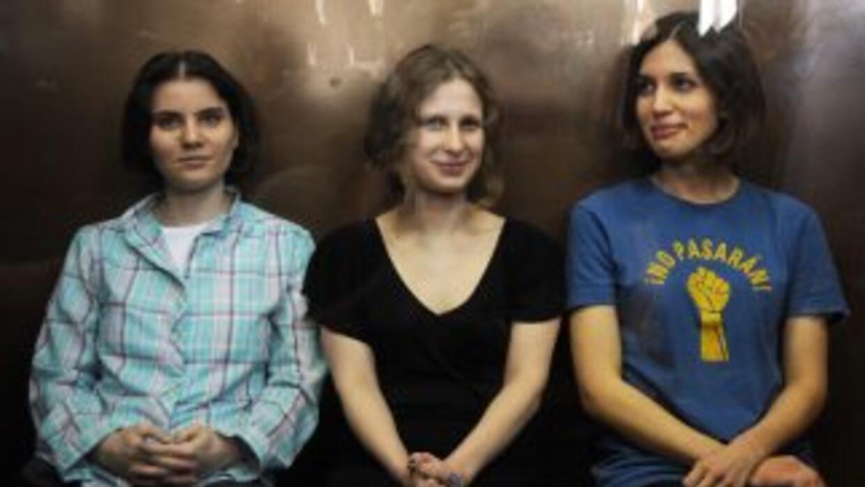 Las tres jóvenes escucharon tranquilamente de pie la lectura de las sent...