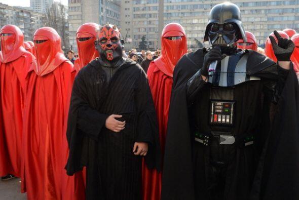 Como parte de una protesta, hombres vestidos de rojo llegaron al referid...