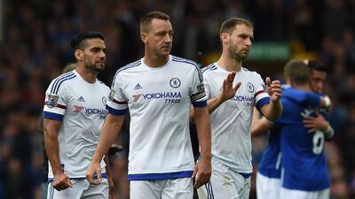 Los jugadores del Chelsea lamentan la derrota ante Everton.