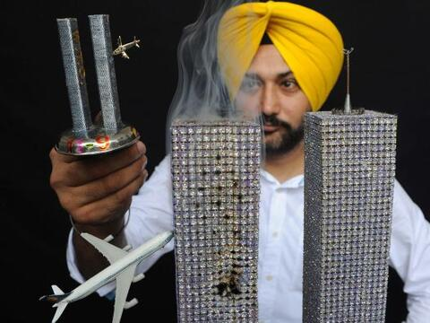 En India, el artista Harwinder Singh Gill muestra su réplica de l...