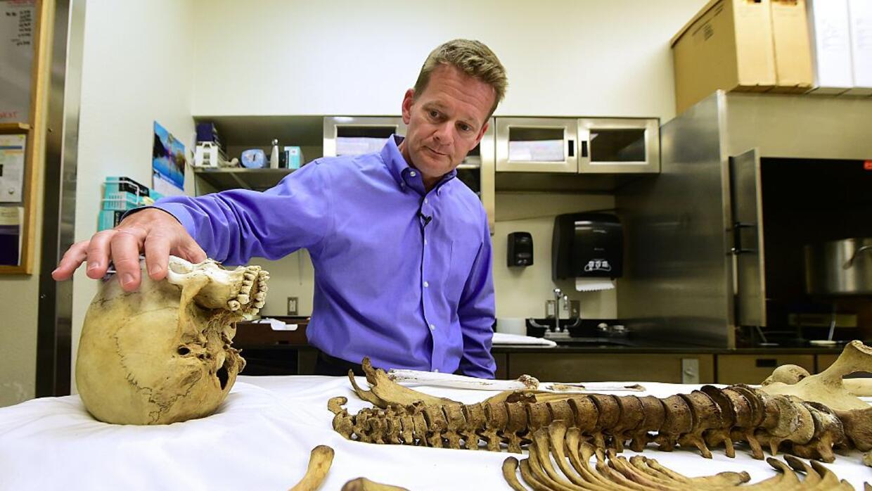 El doctor Greg Hess, médico forense del condado Pima enseñ...