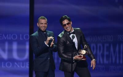 Chino & Nacho recogiendo un Premio Lo Nuestro en 2015.