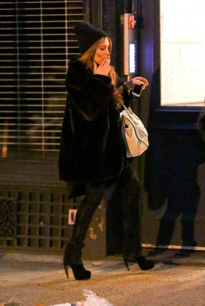 Quien no puede quitarse el hábito del cigarro es Lindsay Lohan, que está...