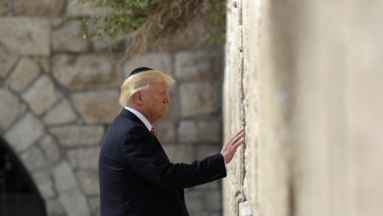 El presidente hizo historia este lunes al presentarse ante el Muro de lo...