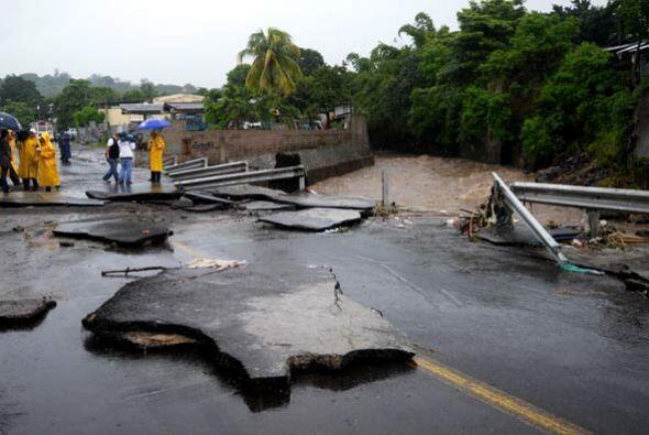 """Las inundaciones que dejó """"Alex"""" en Guatemala provocaron derrumbres que..."""