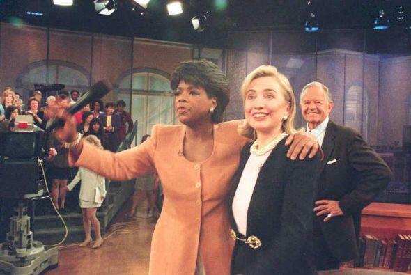Oprah con la entonces Primera Dama, Hillary Clinton, entrevistada en su...