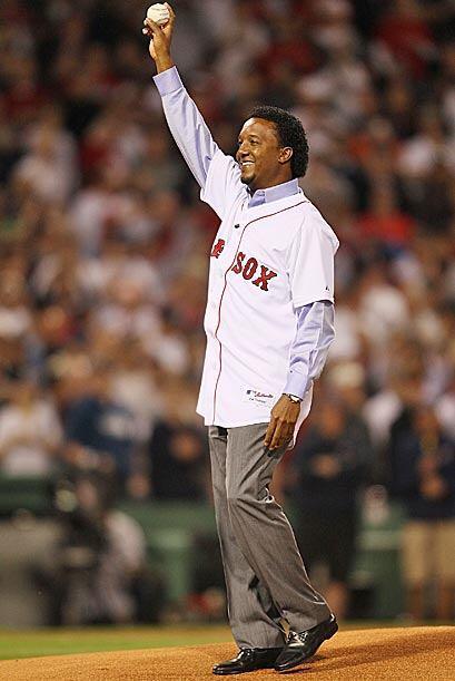 El ex pitcher de Boston, Pedro Martínez lanzó la primera bola en el jueg...