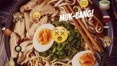 Sopa de noodles rodeada de emojis, mood: muk-bang.