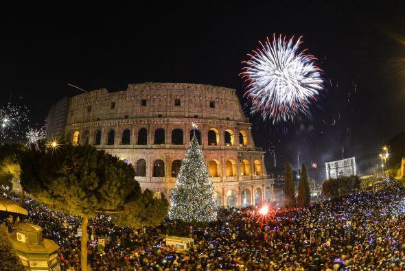 Miles se reunieron junto al Coliseo en Roma para recibir el Año 2015.