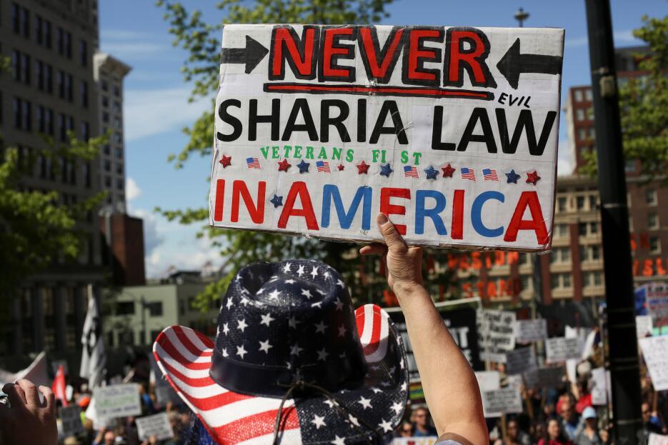 Uno de los participantes de la manifestación de Seattle porta una pancar...