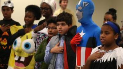 Un grupo de niños originarios de 21 países y disfrazados de Halloween, j...