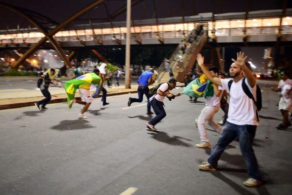 """Un individuo atropelló a un grupo de tres manifestantes y un hombre fal..."