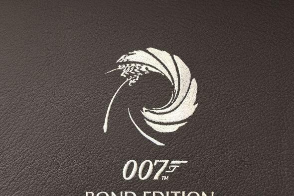 El interior del DB9 GT Bond Edition, presenta sutiles detalles, como el...