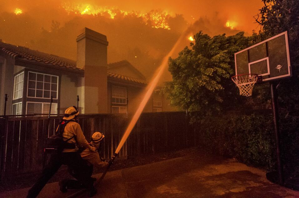 Incendio fuera de control obliga a evacuar a 1,200 residentes en el sur...