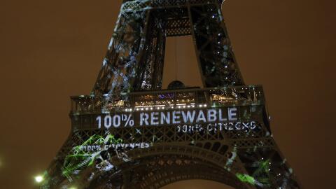La torre Eiffel en la primer jornada de la Cumbre del Clima en París