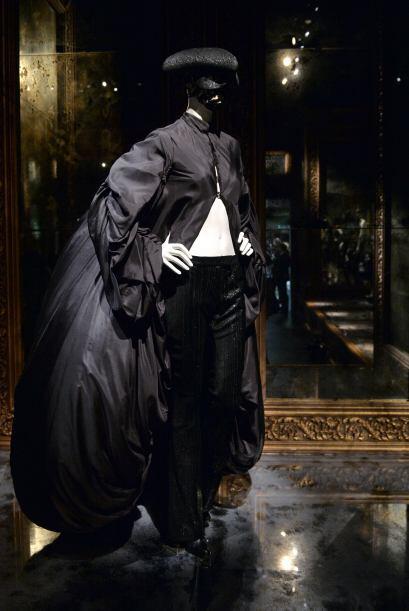 Con esta exposición Alexander McQueen revive en los pasillos del museo c...