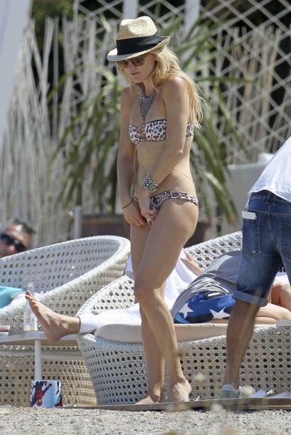 Parece que no estaba muy cómoda con el bikini, ¿o si?. Mira aquí los vid...