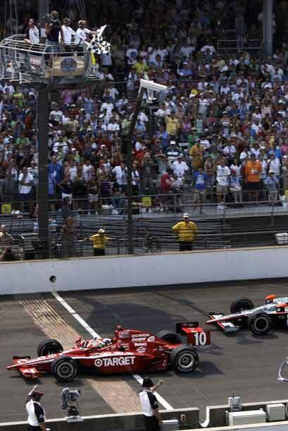 Al final de la vuelta 200 Franchitti cruzó la meta a bajo velocidad debi...