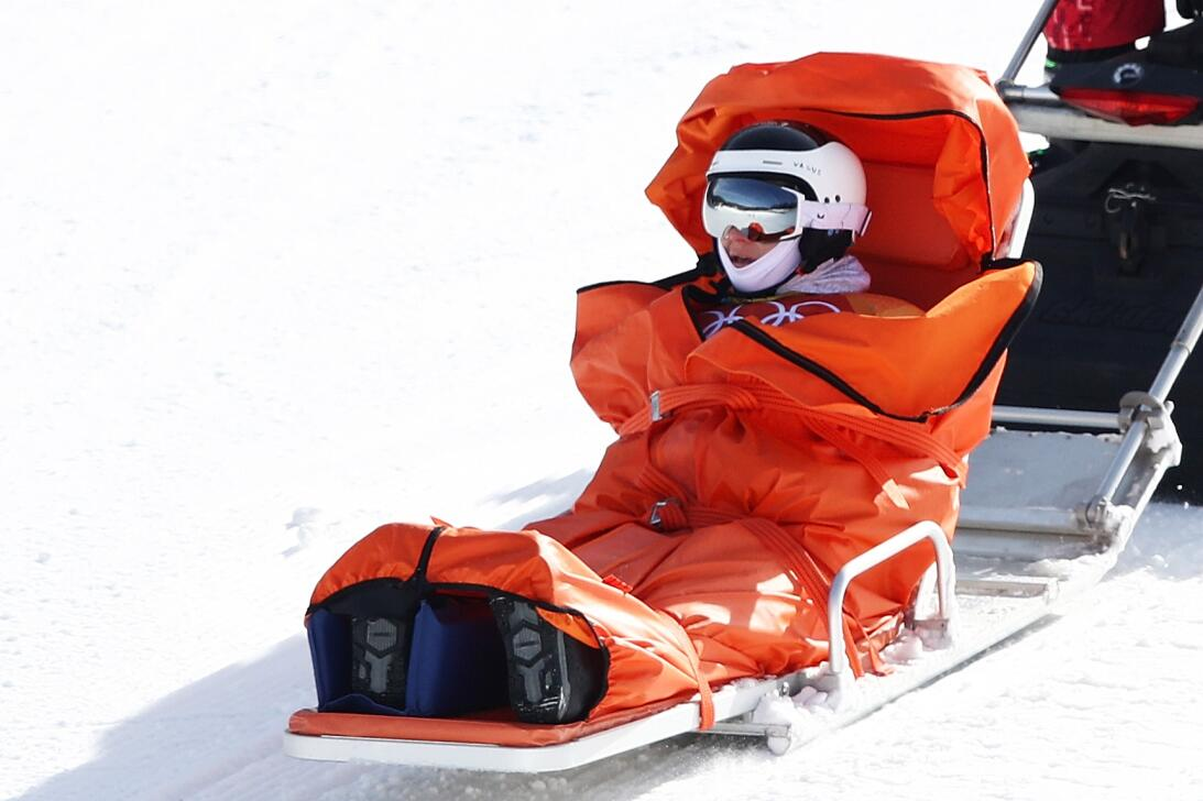 La esquiadora Vendula Hopjakova saliendo de la pista de snowboard despué...