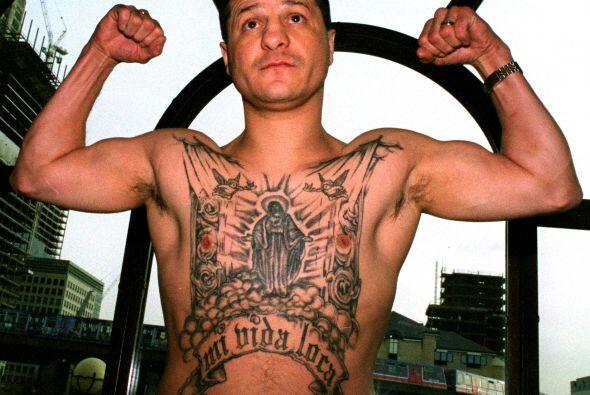 Jonny Tapia de Albuquerque, EE.UU. presume de su tatoo en rueda de prens...