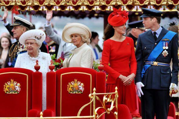 3 de junio de 2012  Los duques de Cambridge participan en un gran desfil...