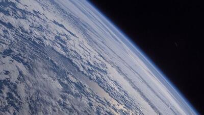 Las fotografías muestran la oscuridad del espacio, el azul de la Tierra...
