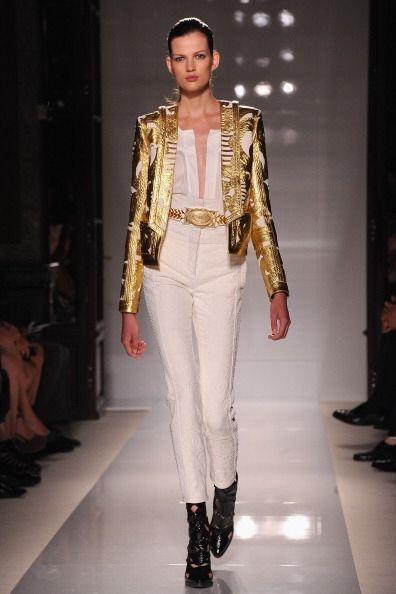 Otra moda que apareció casi a finales de año fue llevar prendas doradas...