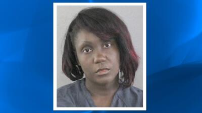 FL: Mujer golpea a hijo en el rostro por malas notas