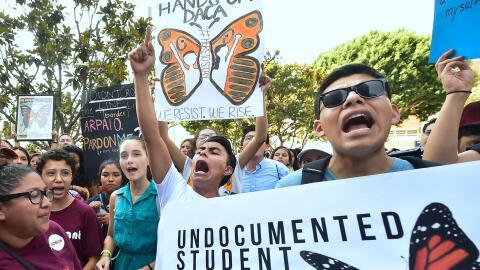 Jóvenes inmigrantes en un evento a favor de DACA en Los Ángeles, Califor...
