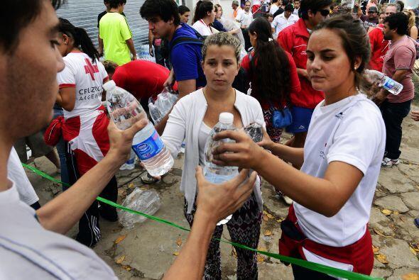"""Ahora se necesitan agua, mucha agua mineral, leche 'larga vida', agua l..."