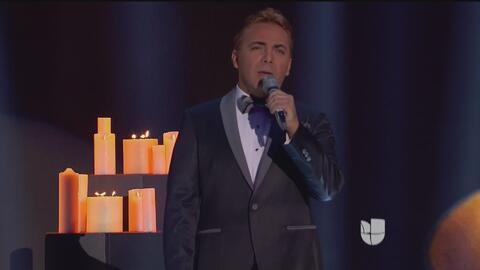 En los premios Tv y Novelas Cristian Castro fue el encargado de homenaje...