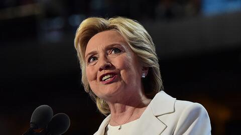 La candidata demócrata Hillary Clinton acepta su histórica...