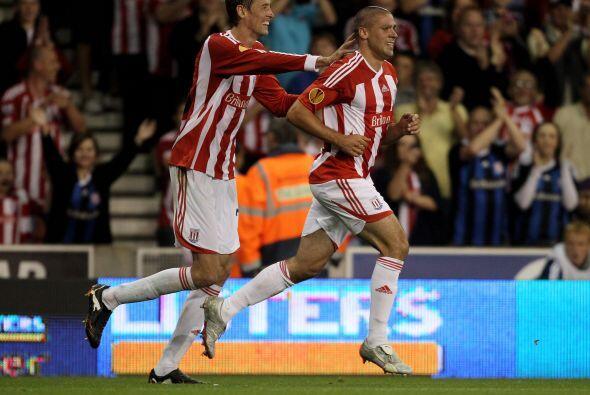 Con gol incluído del gigante Peter Crouch, el Stoke se impuso por 2-1.