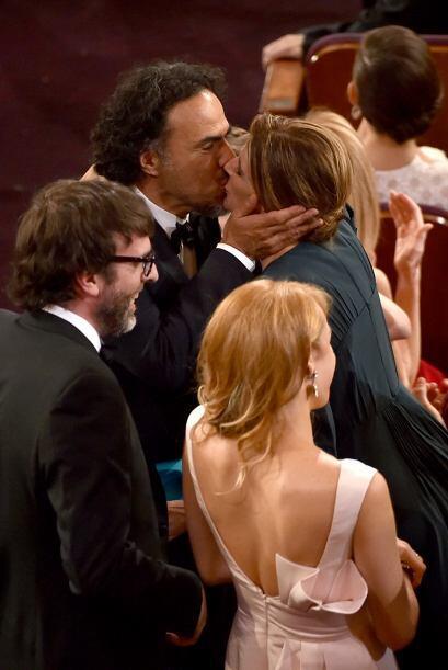 Iñárritu recibiendo el mejor reconocimiento de su esposa.