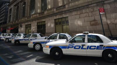 Los agentes policiales están tratando de entender cómo actuar cuando se...
