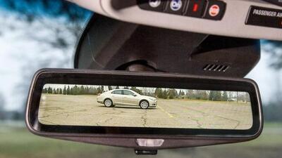 La cámara tiene un ángulo de visión un 300% superior al del espejo tradi...