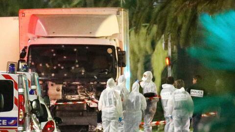 Las fuerzas policiales y personal forense investigan el camión co...