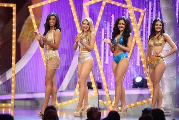 Cuando finalizó la prueba de bikinis, se les pidió  a las chicas que se...