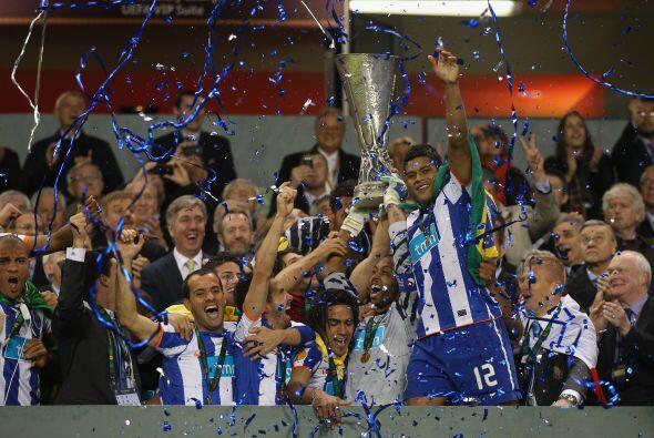 Todos los jugadores festejaban al máximo ya con el trofeo en sus manos.