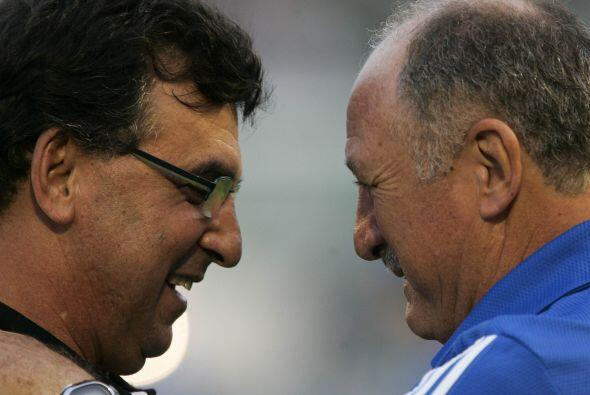 ¿´E voce cómo está´? Parece decirle Felipe Scolari, técnico del Palmeira...