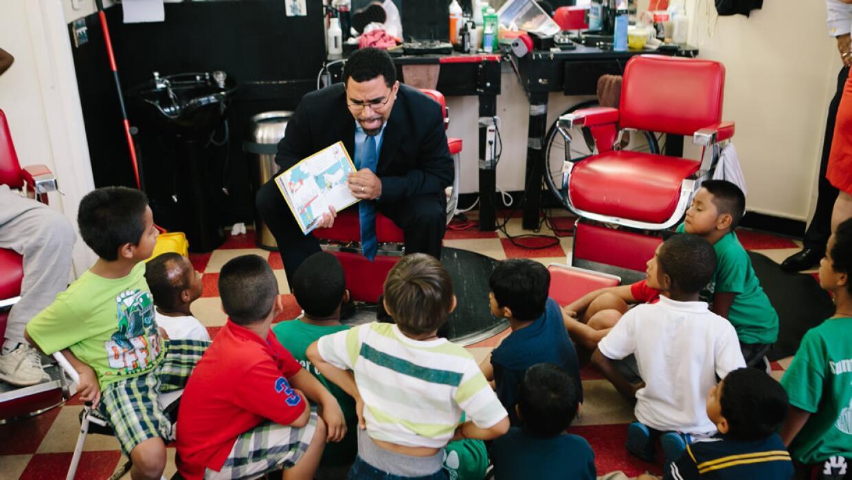 El secretario de Educación, John King, leyéndole a niños