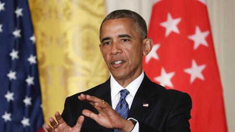 El presidente Barack Obama responde preguntas durante una conferencia de...