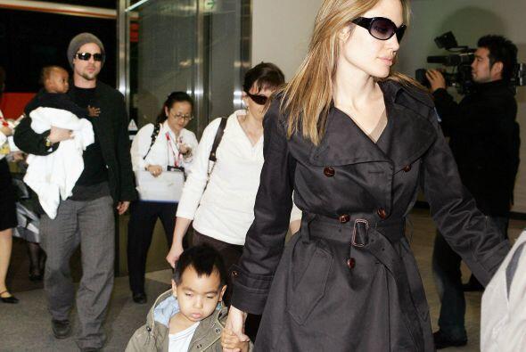 ¡Adiós Jennifer Aniston! Para 2005, ellos se divorciaron y Brad comenzó...