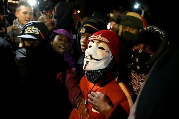 Y mantuvieron bloqueado el tráfico en calles de Ferguson.