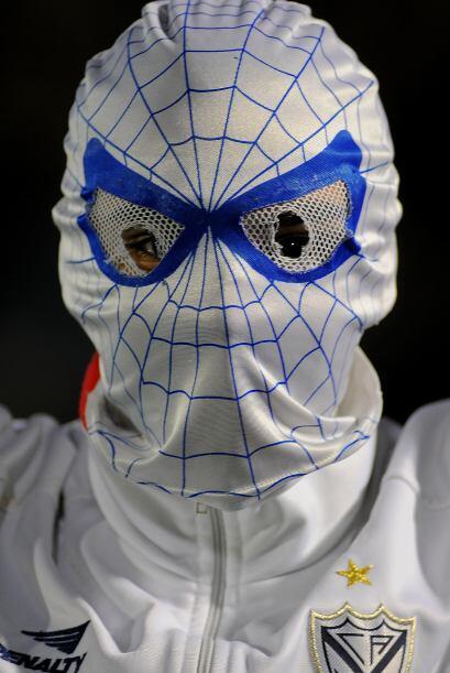 El hombre araña presente en la Libertadores para alentar a Vélez. En ver...