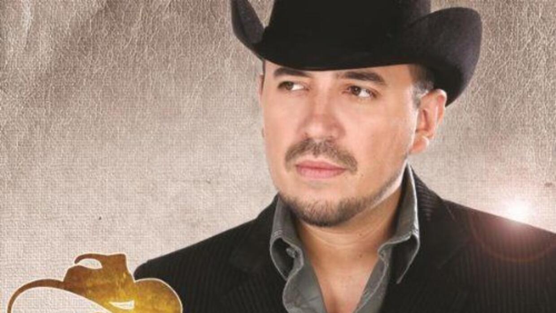A la par de su gira por México, el sinaloense ya prepara un nuevo disco...