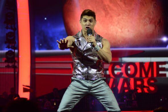 """Danny Montejo luego tomó el escenario para interpretar """"Humanos a Marte""""."""