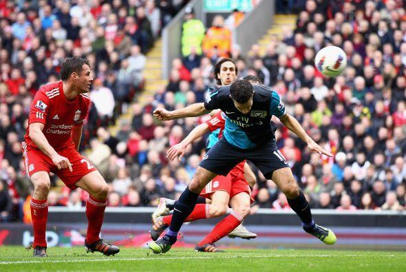 Pasaron algunos minutosn, Arsenal buscaba hasta que Van Persie aprovechó...