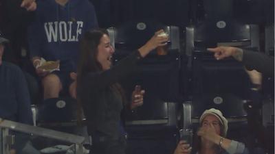 Fanática atrapa un foul con un vaso de cerveza y su reacción se hace viral