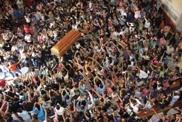 Como una ola humana, miles de seguidores rodean el ataúd donde descansa...